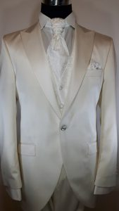 cremefarbener Anzug